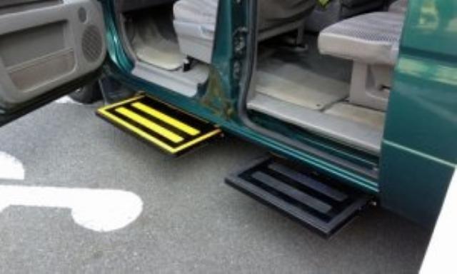パーツその他 ミニバン用うす型ドア開閉連動電動式補助ステップ
